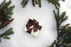 袋子看板卡圣诞节霜klaus ・圣诞老人天空 与礼物的圣诞老人在一个云杉的分支的框架与红色球的,在粗麻布背景  库存图片
