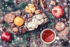 袋子看板卡圣诞节霜klaus ・圣诞老人天空 圣诞节曲奇饼巧克力,茶,石榴,蜜桔,坚果,可可子,冷杉在木多雪的backgro分支 库存图片