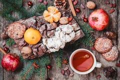 袋子看板卡圣诞节霜klaus ・圣诞老人天空 圣诞节曲奇饼巧克力,茶,石榴,蜜桔,坚果,可可子,冷杉在木桌上分支 库存照片