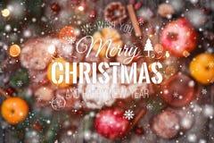 袋子看板卡圣诞节霜klaus ・圣诞老人天空 圣诞节礼物,曲奇饼巧克力,石榴,蜜桔,坚果,可可子,冷杉在木背景分支 库存照片