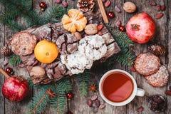 袋子看板卡圣诞节霜klaus ・圣诞老人天空 曲奇饼巧克力,茶,石榴,蜜桔,坚果,可可子,冷杉在木背景分支 库存图片