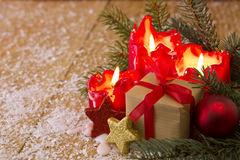 袋子看板卡圣诞节霜klaus ・圣诞老人天空 与圣诞节礼物的四个红色蜡烛 库存图片