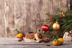 袋子看板卡圣诞节霜klaus ・圣诞老人天空 与桂皮卷的新年构成在木背景 免版税图库摄影