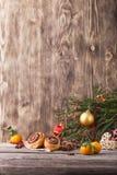 袋子看板卡圣诞节霜klaus ・圣诞老人天空 与桂皮卷的新年构成在木背景 免版税库存图片