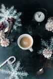 袋子看板卡圣诞节霜klaus ・圣诞老人天空 咖啡、糖果、桂香和饼干meri 库存照片