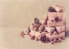 袋子看板卡圣诞节霜klaus ・圣诞老人天空 圣诞节礼物、坚果和冷杉球果 葡萄酒st 免版税库存图片