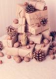 袋子看板卡圣诞节霜klaus ・圣诞老人天空 圣诞节礼物、坚果和冷杉球果 葡萄酒st 免版税图库摄影