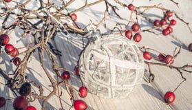 袋子看板卡圣诞节霜klaus ・圣诞老人天空 山楂树莓果和圣诞节装饰 免版税库存照片