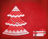 袋子看板卡圣诞节霜klaus ・圣诞老人天空 手工制造圣诞树和礼物在红色backgro 图库摄影