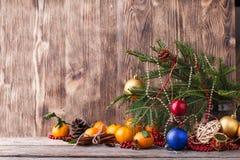 袋子看板卡圣诞节霜klaus ・圣诞老人天空 新年构成用在木背景的普通话 免版税库存图片