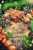 袋子看板卡圣诞节霜klaus ・圣诞老人天空 肉桂条,杉树,自然食物 拉长的雪 免版税库存图片