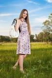 袋子礼服室外时髦的妇女 免版税库存照片