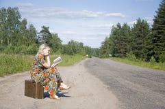袋子美丽的女孩旅行的年轻人 免版税库存照片
