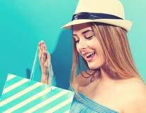袋子藏品购物妇女年轻人 免版税库存图片