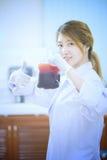 袋子血液手中亚裔医生 库存照片