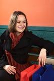 袋子购物的微笑的妇女年轻人 库存照片