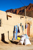 袋子顶房顶在古董的摩洛哥老墙壁 免版税库存照片