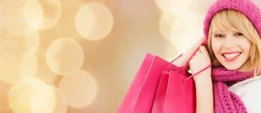 袋子购物的微笑的妇女年轻人 免版税库存照片