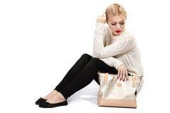 袋子黑色摆在的工作室妇女年轻人 库存图片