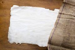 麻袋布和纸标记 免版税库存图片