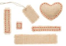 麻袋布心脏形状补丁标记与针缝的标签对象 免版税库存图片