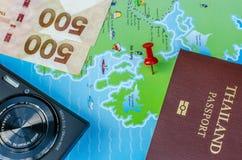 黑袖珍相机和地图和金钱和护照 库存照片