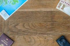 黑袖珍相机和地图和金钱和护照 免版税库存图片