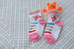 袜子和玩具婴孩的软性的 库存照片