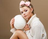 袜子类。美丽青少年在有毛线白色球的手工制造被编织的毛线衣  免版税库存照片