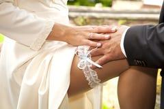 袜带婚礼辅助部件 免版税库存图片