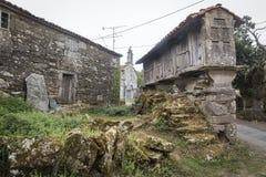 被上升的粮仓& x28; Horreo& x29;在加利西亚-西班牙的一个古老村庄 免版税库存照片