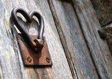被上升的老门把柄做心脏形状 免版税库存图片