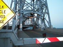 被上升的苏必利尔湖垂直的推力桥梁 库存照片