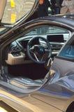 被上升的门零件首放莫斯科国际汽车沙龙BMW i8 免版税库存图片