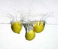 被丢弃的新鲜的柠檬水 库存照片