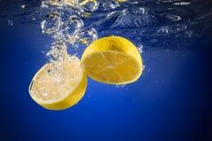 被丢弃的新鲜的柠檬水 库存图片