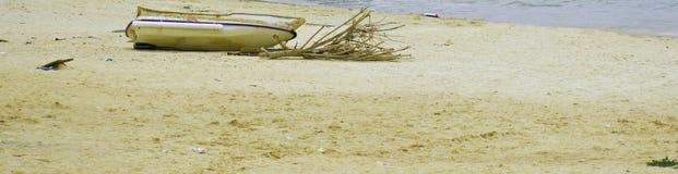 被中断的海滩小船 库存图片
