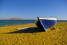 被中断离开的海滩小船 库存图片