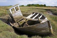 被中断被击毁的小船泥 免版税库存照片