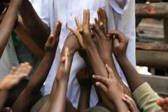 被举的儿童手,乞求,西非 库存照片