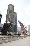 被举的桥梁在芝加哥 免版税库存照片