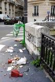 被乱丢的街道巴黎 库存照片