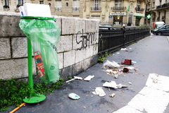 被乱丢的街道巴黎 免版税库存照片