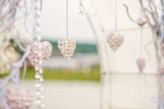 被交织的分支的装饰心脏在白色丝带的 免版税图库摄影