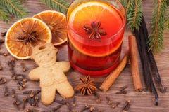 被仔细考虑的酒、姜饼圣诞节的用香料和云杉的分支 库存图片