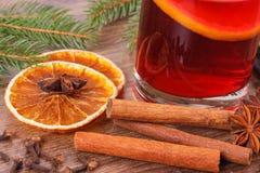 被仔细考虑的酒为圣诞节或冬天晚上用香料 免版税库存图片