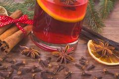 被仔细考虑的酒为圣诞节或冬天晚上用香料 免版税库存照片