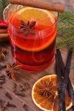 被仔细考虑的酒为圣诞节时间或冬天晚上用香料和云杉的分支 库存图片