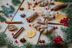 被仔细考虑的酒圣诞节面包店桔子的,茴香,桂香,在木背景的姜搽粉的香料 用冷杉分支装饰 库存图片