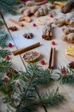 被仔细考虑的酒圣诞节面包店桔子的,茴香,桂香,姜,在木背景的荚莲属的植物传统香料 免版税库存图片